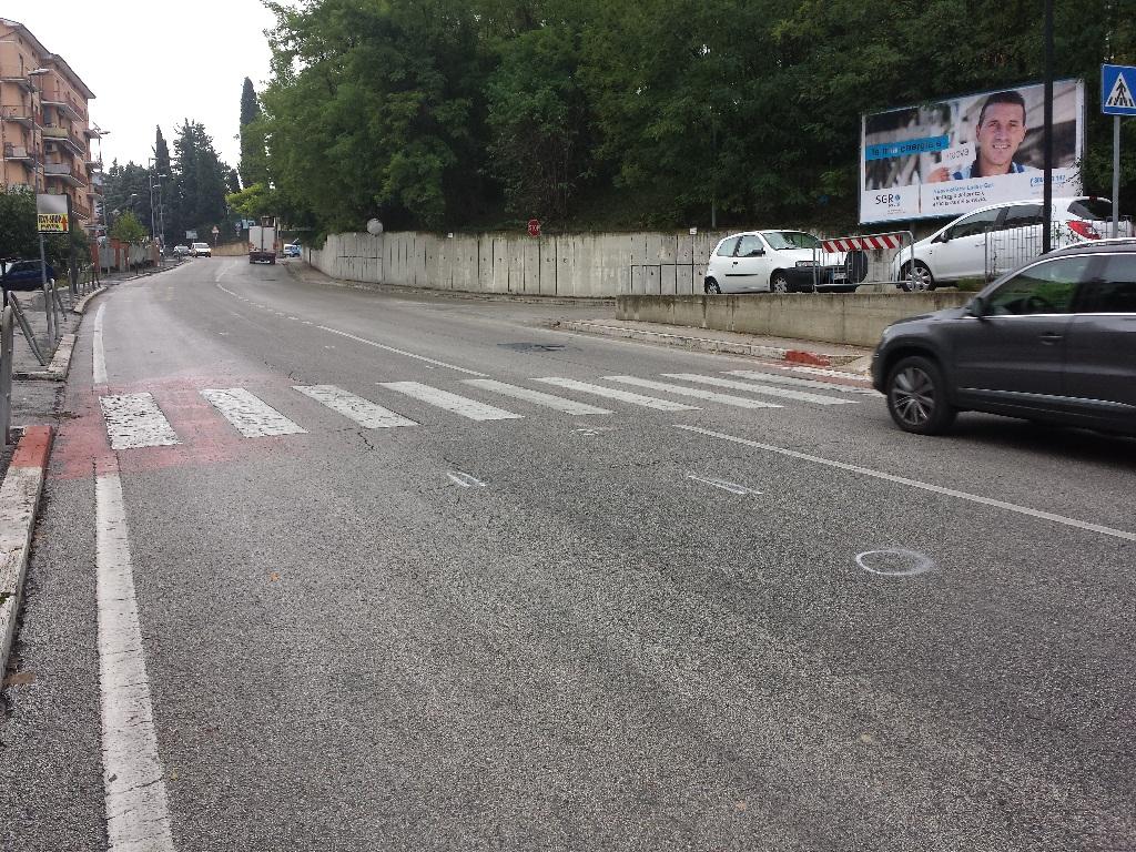 Il luogo dell'incidente. Sull'asfalto i rilievi della polizia municipale