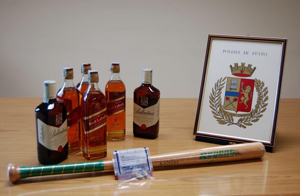 Gli alcolici e la mazza sequestrati
