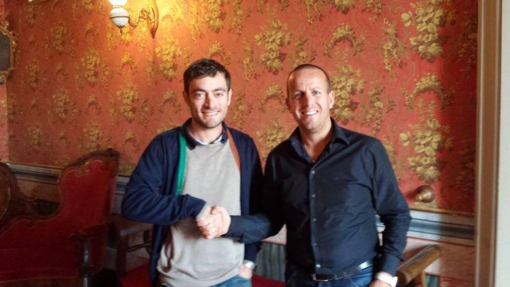 Il ricercatore Riccardo Pensa insieme al consigliere Mauro Romoli, che ha la delega all'ambiente