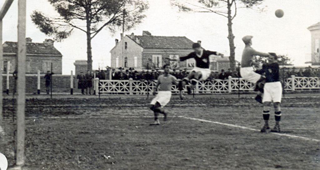 (1931-32) Maceratese-Ancona 2-0 Un uscita del portiere dorico su un'incursione degli avanti biancorossi