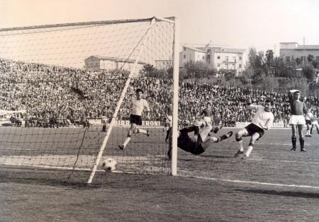 1966-67-Maceratese-Ancona-1-0-Il-gol-di-Dugini-450x314