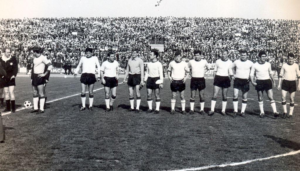 (1966-67) Maceratese-Ancona 1-0  La formazione di casa schierata prima del fischio d'inizio