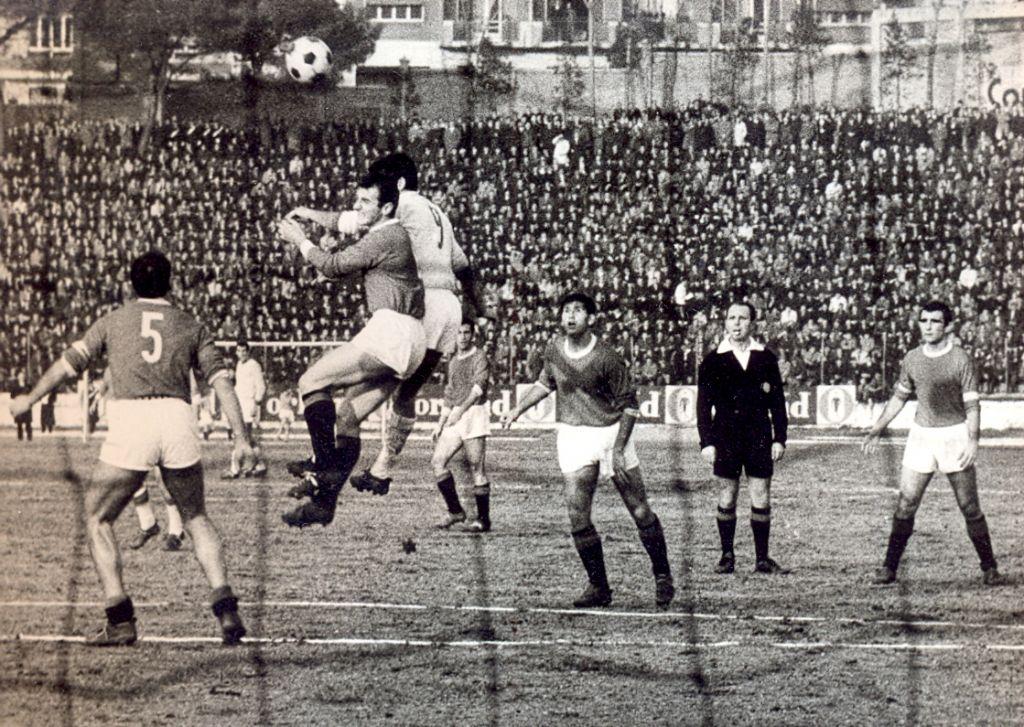 (1966-67) Una fase del derby giocato al Dorico e vinto dall'Ancona per 1-0