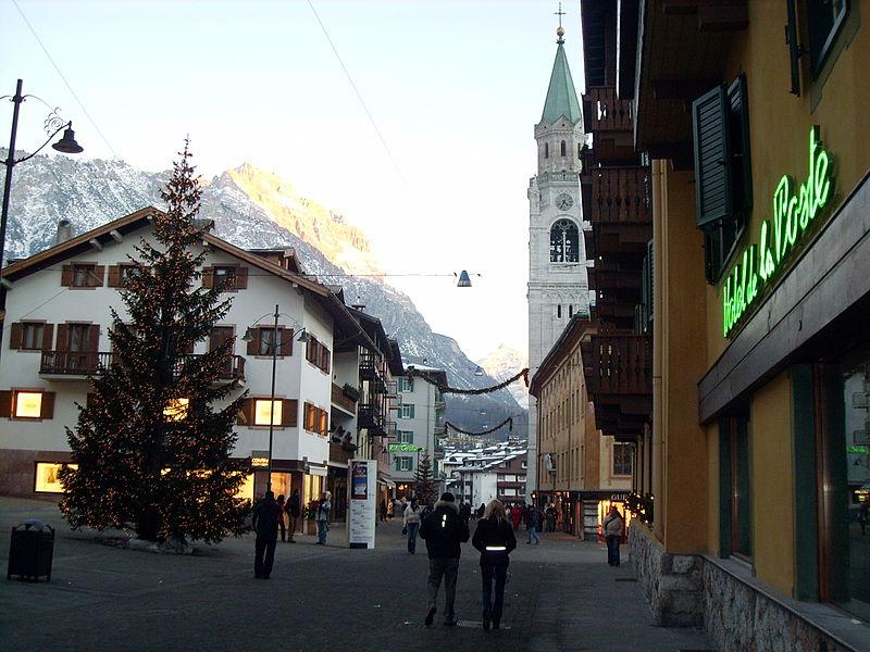 Cortina d'Ampezzo, la perla delle Dolomiti. Corso Italia con vista sul campanile