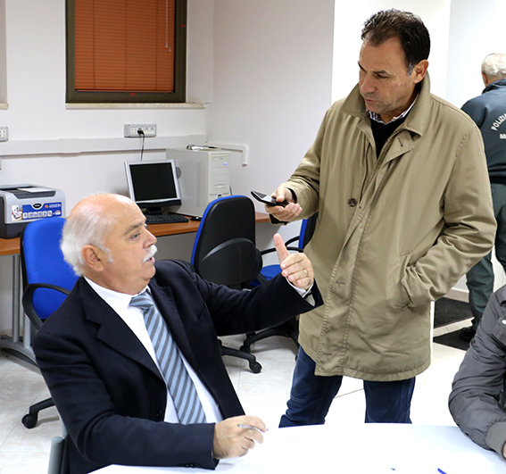 Il presidente della Provincia Antonio Pettinari con l'ingegnere capo Micozzi nella sala operativa della Protezione Civile