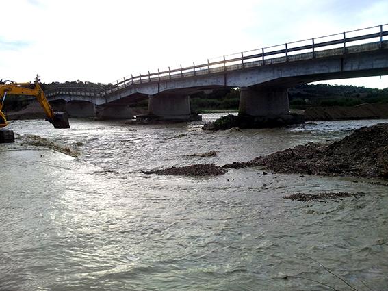 La situazione del guado sul Fiastra il 20 novembre. Sullo sfondo, il ponte lesionato a marzo 2011