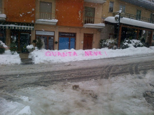 """""""Quanta neve!"""" scritto con la vernice spray a Sarnano (Foto di Marco Cencioni)"""