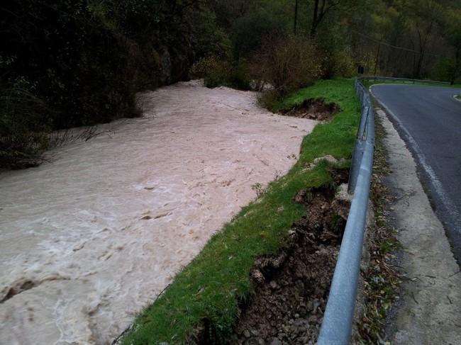 Il torrente Ussita in piena lambisce la strada che conduce a Visso. La foto è stata scattata da Simone Gatto in zona Madonna dell'Uccelletto