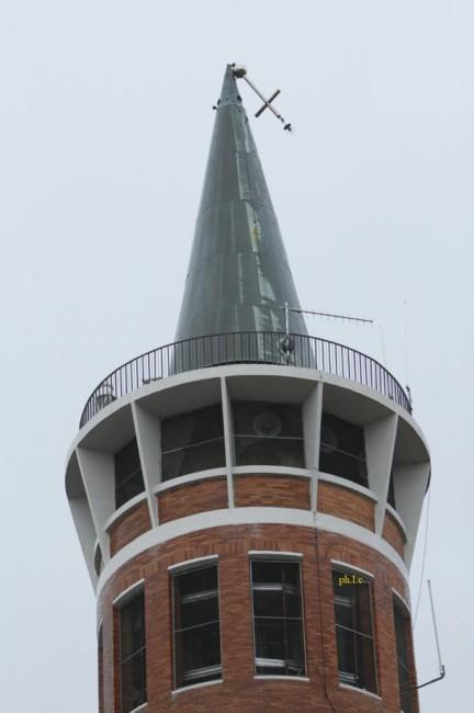 La croce piegata nel campanile della chiesa di Cristo Re