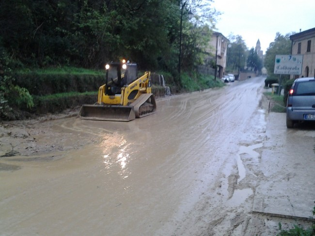 I lavori per sistemare le strade a Caldarola dopo la frana