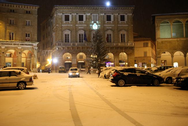 Piazza della Libertà imbiancata (foto di Guido Picchio)