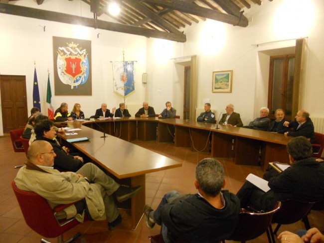 La riunione tra i sindaci, il presidente della Provincia Pettinari, il comandante provinciale dei vigili del fuoco Poggiali e quello della forestale, Bordoni