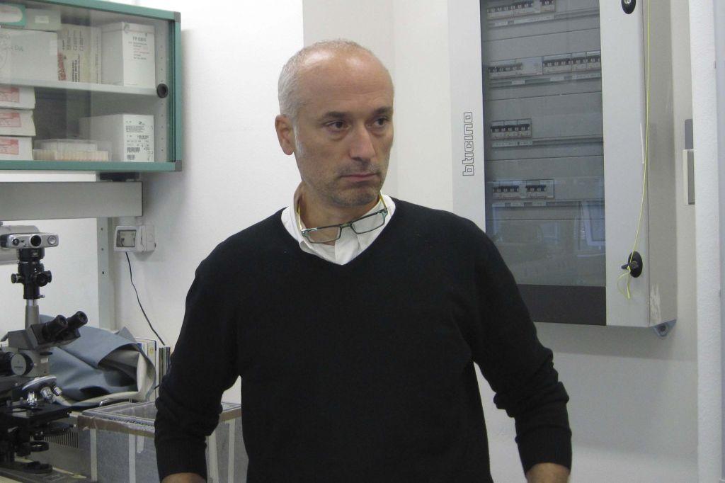 Il professor Roberto Spurio all'interno di uno dei suoi laboratori