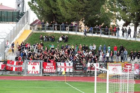 I tifosi della curva Just durante la partita Maceratese-Amiternina