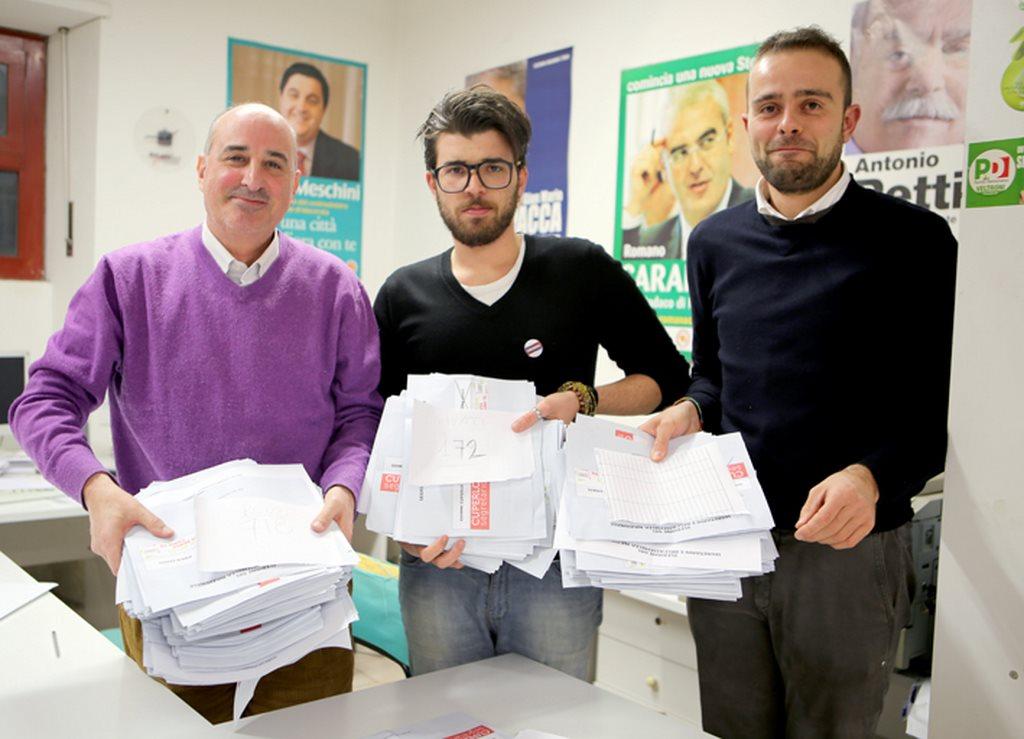 Le schede scrutinate ieri sera in un seggio di Macerata (foto Picchio)