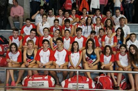 Il gruppo della Macerata Nuoto al completo