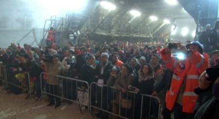 La folla assiste all'abbattimento del muro di roccia
