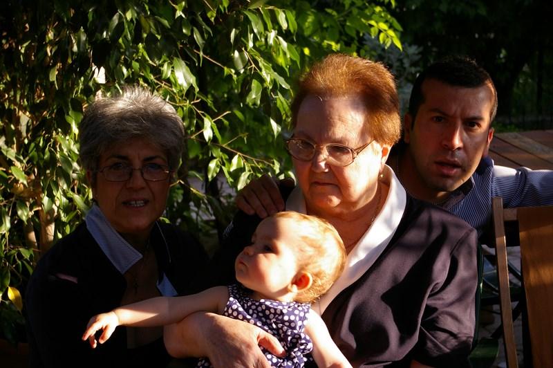Quattro generazioni insieme: Francesco con la nonna, la mamma e sua figlia