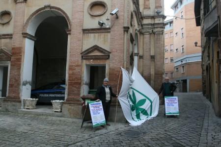 La protesta di Eraldo Isidori davanti al carcere di Camerino