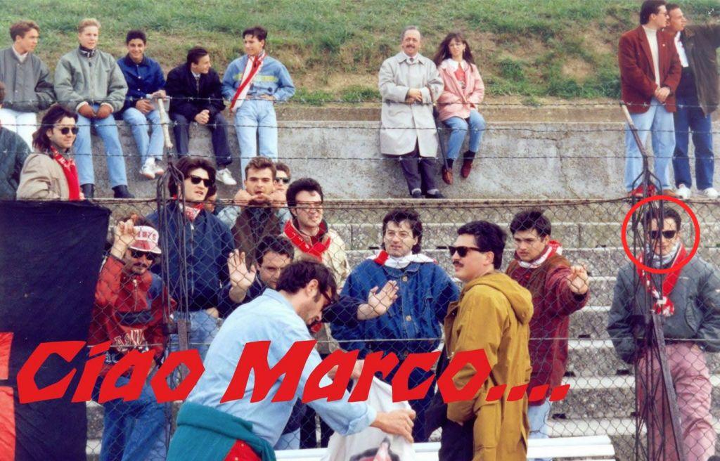 La foto pubblicata nel gruppo facebook de La Sportiva durante una partita del 1993. Marco Principi è il primo sulla destra con la sciarpa biancorossa