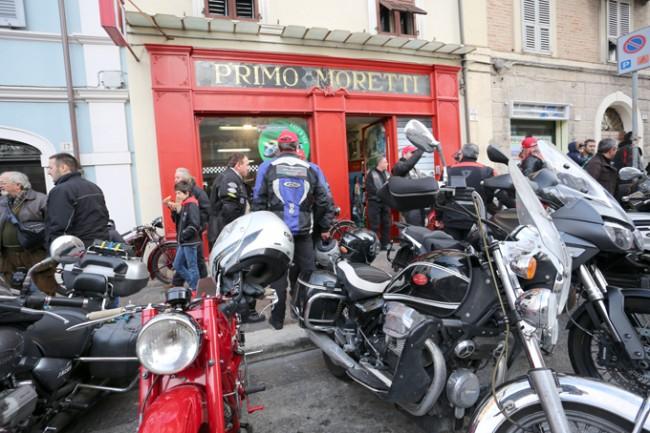 Il moto raduno davanti al negozio Primo Moretti