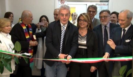 Il sindaco di Macerata Romano Carancini taglia il nastro
