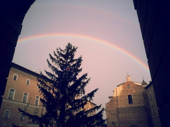L'arcobaleno visto da piazza della Libertà e fotografato da Roxana Chertes