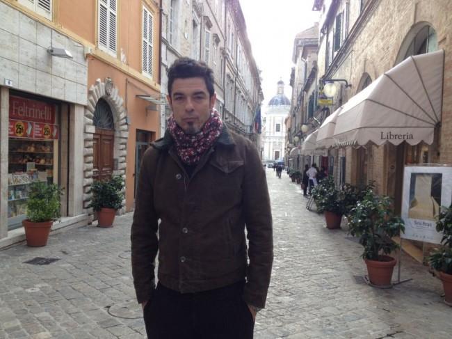 Alessandro Gassman mercoledì pomeriggio a passeggio nel centro storico di Macerata