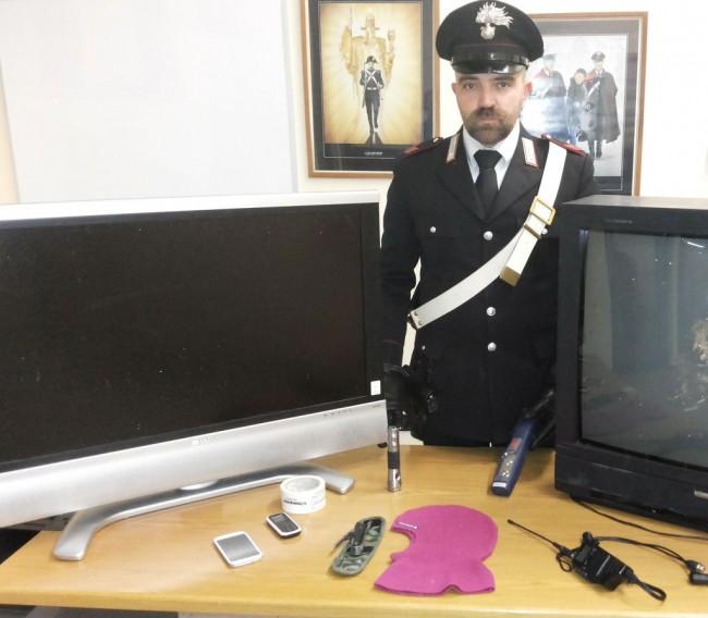 I carabinieri mostrano parte della refurtiva