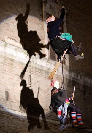 La discesa delle befane dalla torre