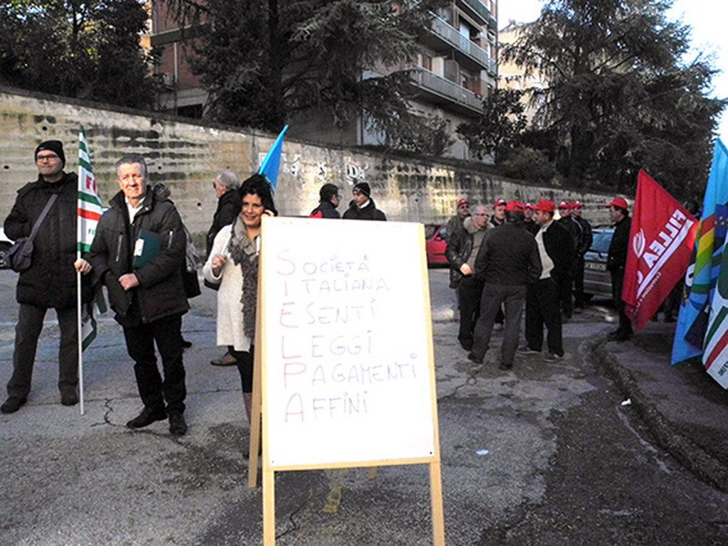 protesta_cgil_cisl_uil_tribunale_Macerata (1)