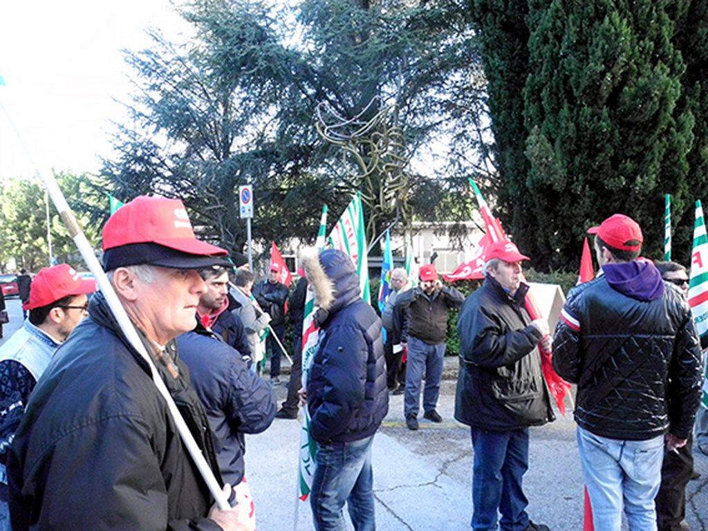 protesta_cgil_cisl_uil_tribunale_Macerata (7)