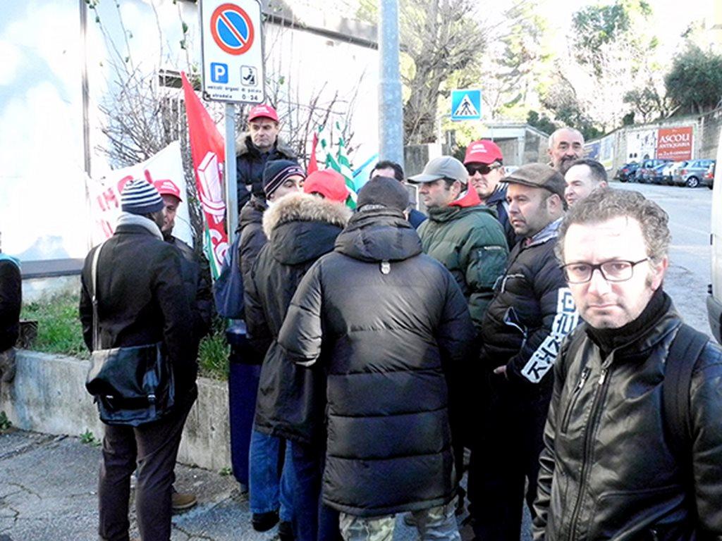 protesta_cgil_cisl_uil_tribunale_Macerata (8)