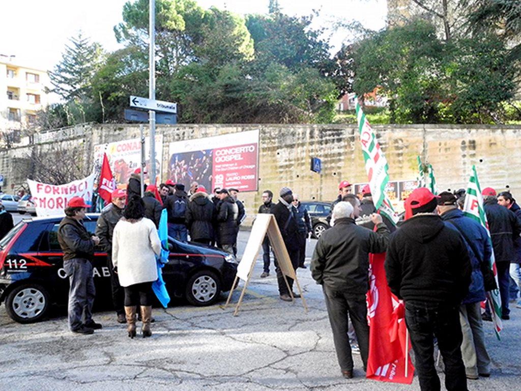 Una recente protesta dei dipendenti della Sielpa-Calamante davanti al tribunale