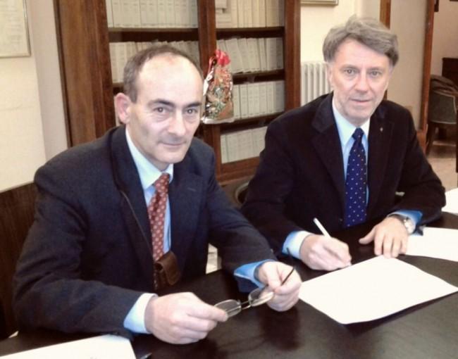 il momento della firma da parte del presidente del Cosmari Daniele Sparvoli e del presidente di Smea Tarcisio Marzialetti