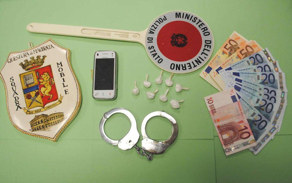 La droga e il materiale sequestrato