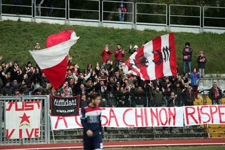 I tifosi della Maceratese in curva nella partita contro la Vis Pesaro