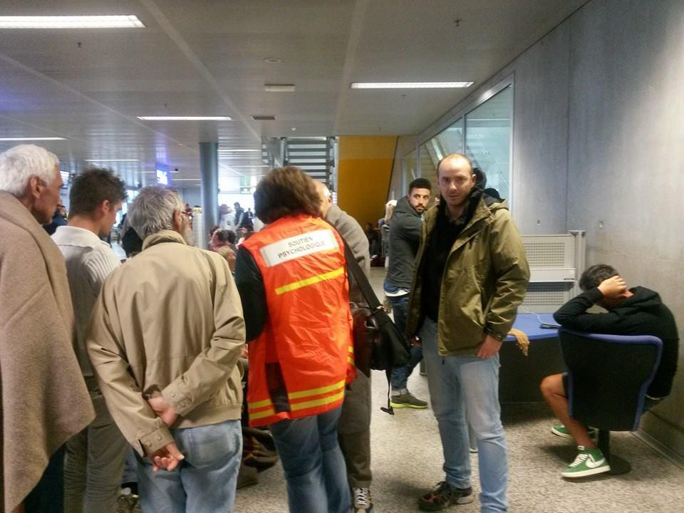 Gianluca Franchillucci, sulla sinistra, pochi minuti fa dall'aereoporto di Ginerva