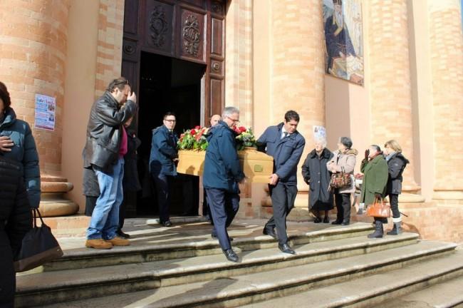 L'uscita del feretro di Libero Paci dalla chiesa di Santa Croce