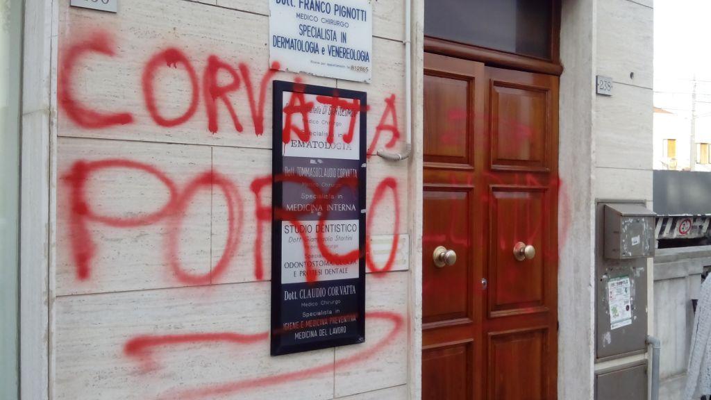 Le scritte apparse davanti all'ingresso dell'ambulatorio del sindaco Corvatta