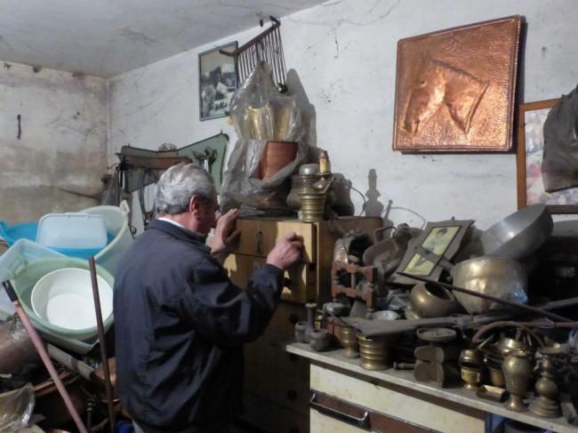 Benito tra i suoi vecchi strumenti