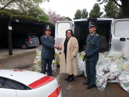 La presidente provinciale della Croce Rossa Italiana Rosaria Del Balzo Ruiti riceve la donazione dai finanzieri