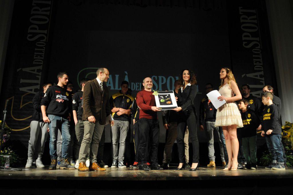 Gianni Giuli premia Amatori Rugby Macerata (Premio Giuria di Qualità)