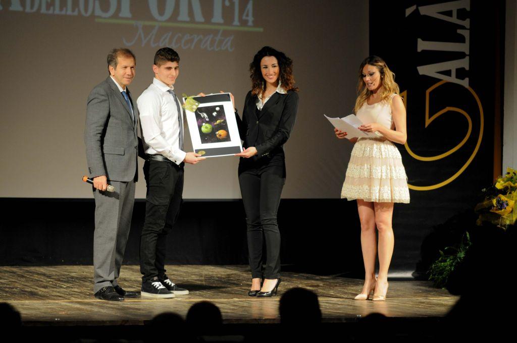 Giovanni Torresi premia Luca Sabatini Pantanetti (Miglior Giovane)