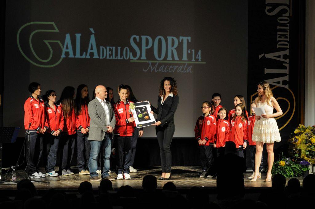 Giuseppe Spernanzoni premia Ginnastica Ciucci (Miglior Settore Giovanile)