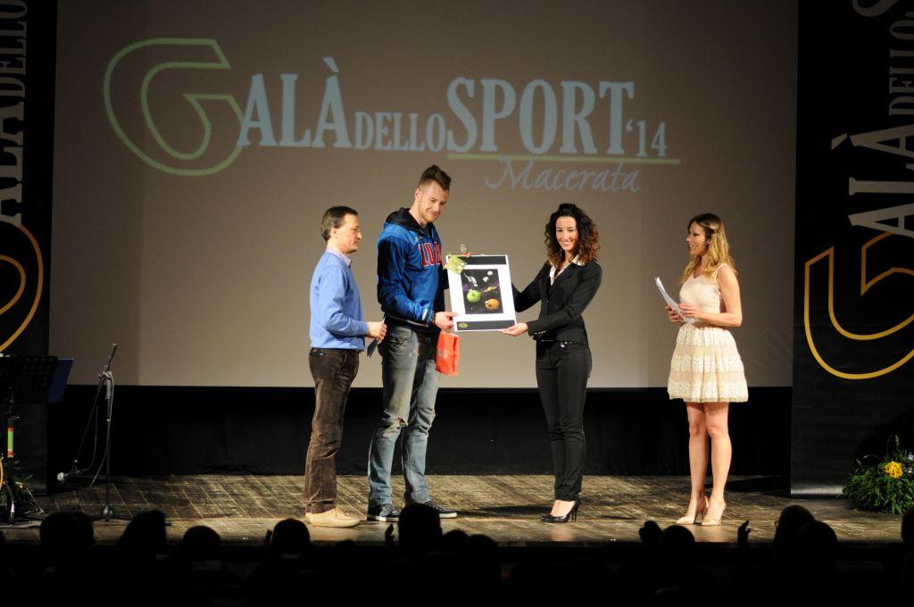 Luigi Mosciatti premia Ivan Zaytsev (Miglior atleta uomo)
