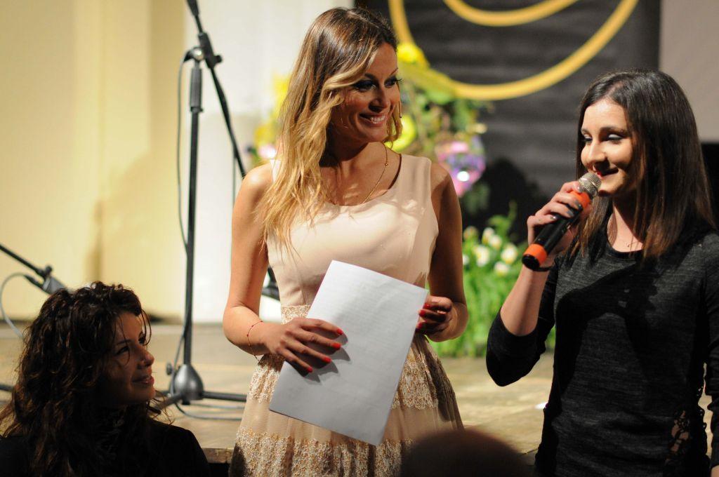 Marina Romoli premia Alessia Pistilli (Milgior Atleta Donna)