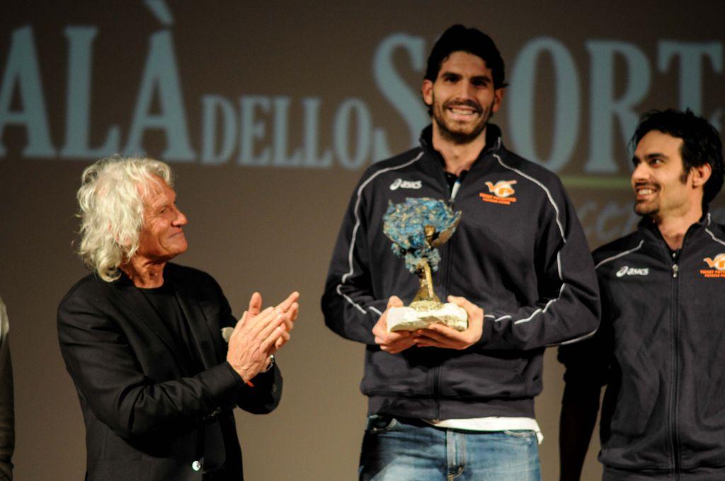 Nazareno Rocchetti premia Volley Potentino (Premio Artista del Fuoco)