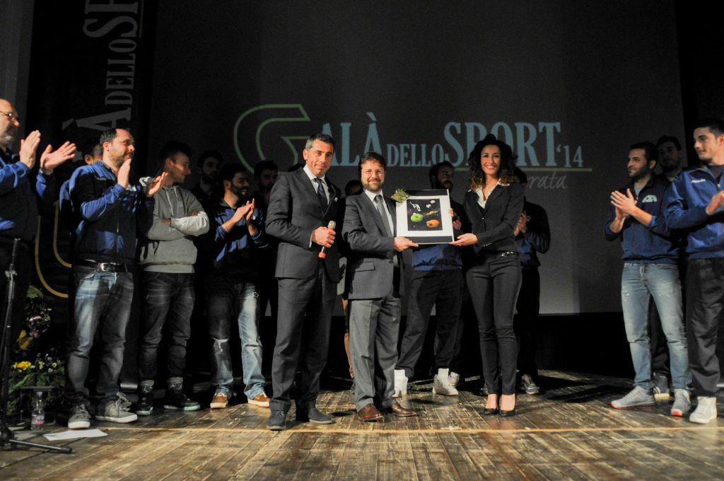 Nicola Nicoletti premia Montalbano Volley (Premio alla Carriera)