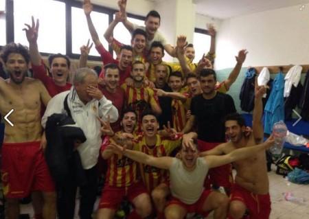 I giocatori del Potenza Picena festeggiano la storica vittoria ottenuta al Del Duca contro il Monticelli
